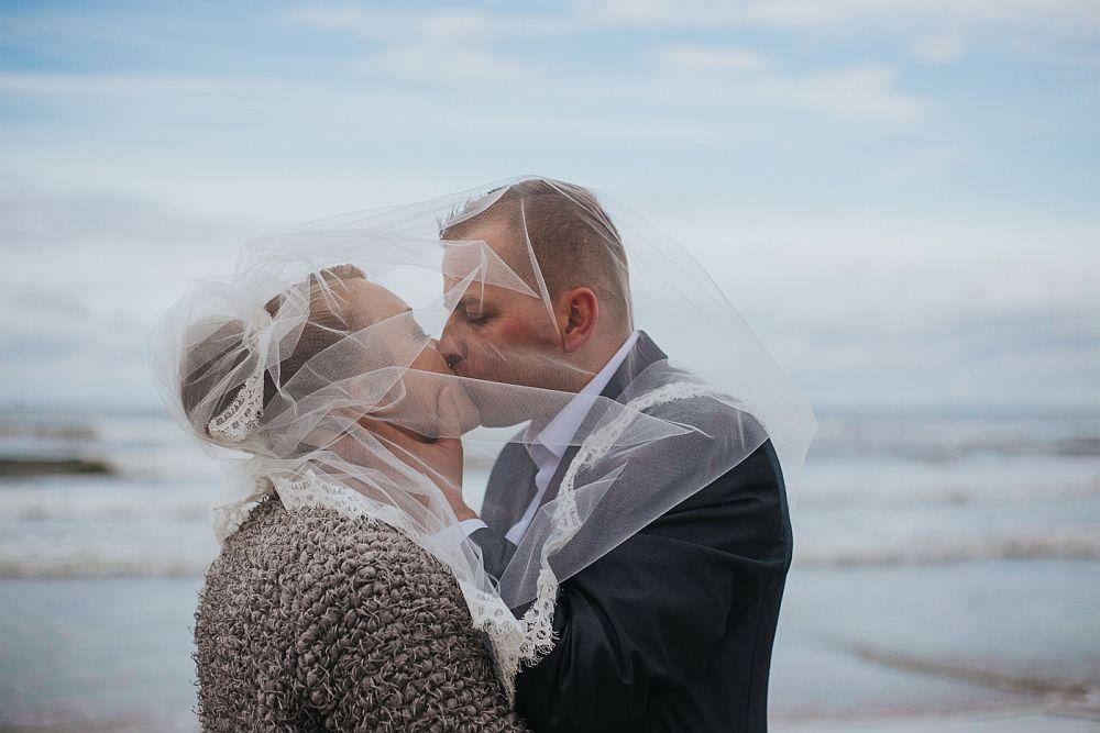 sesja ślubna nad morzem w Stegnie, piękna sesja fotografa ślubnego z Warszawy