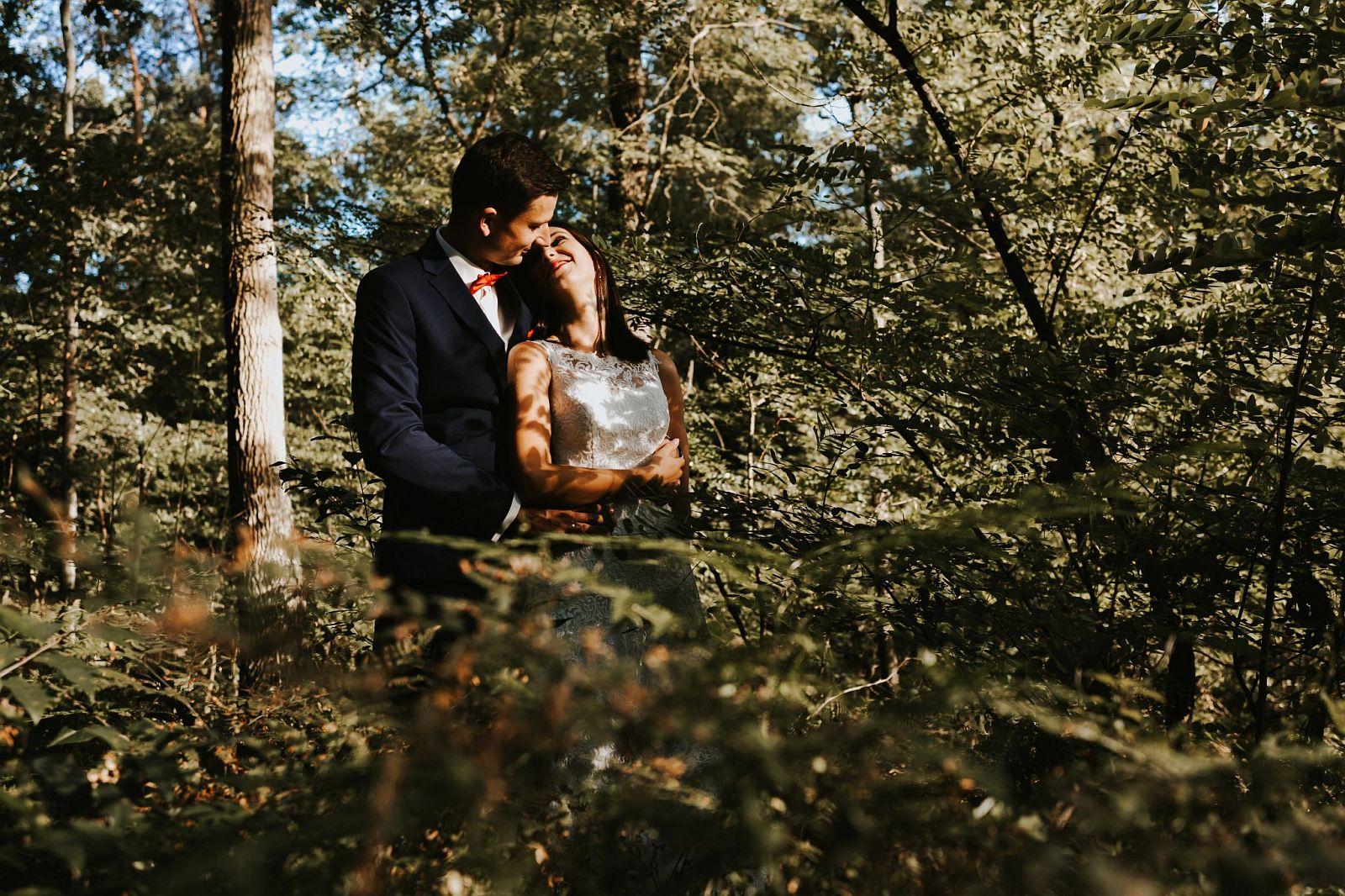 sesja ślubna w lesie w paprociach
