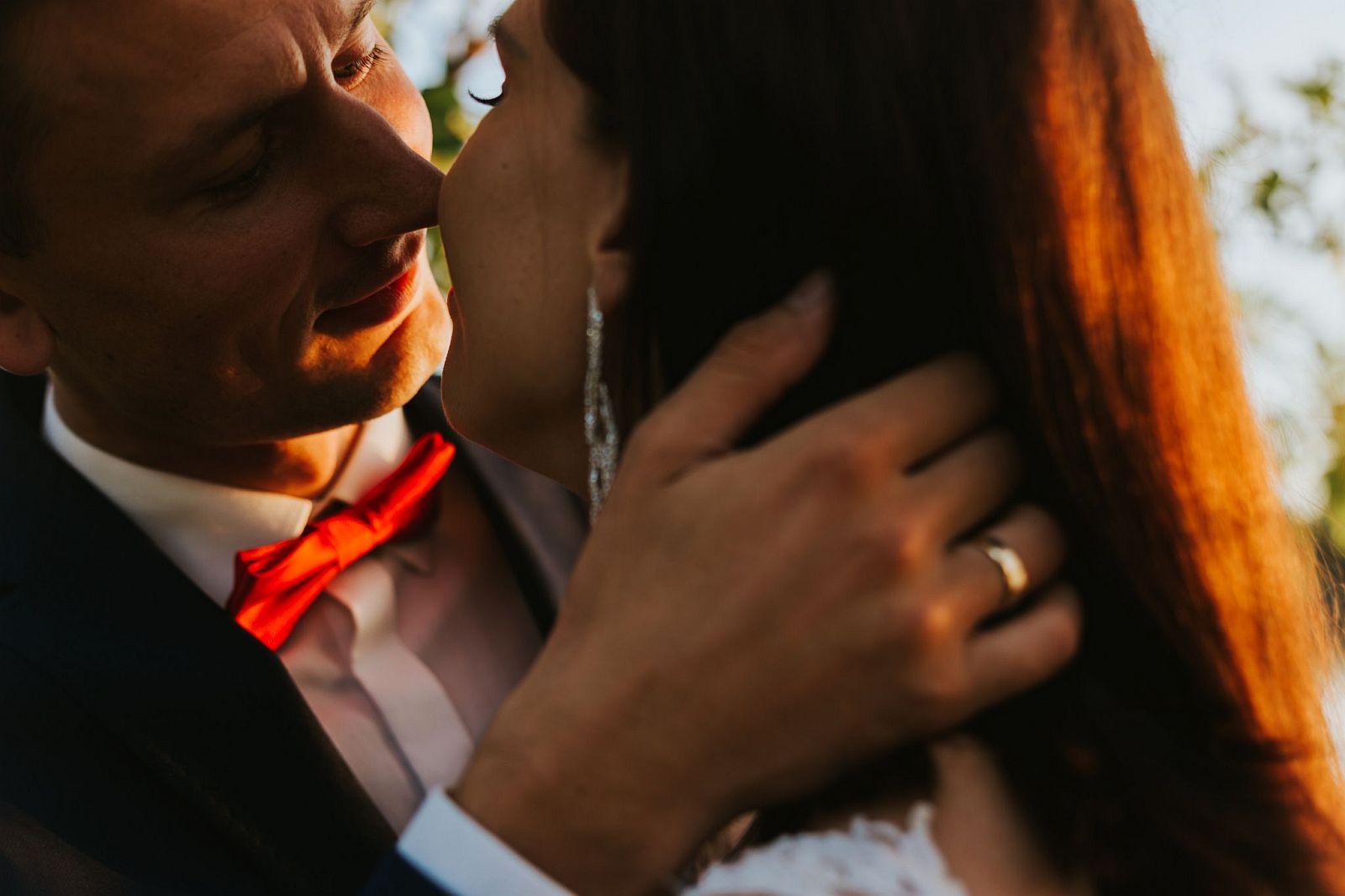sesja ślubna w lesie nad Wisłą pocałunek