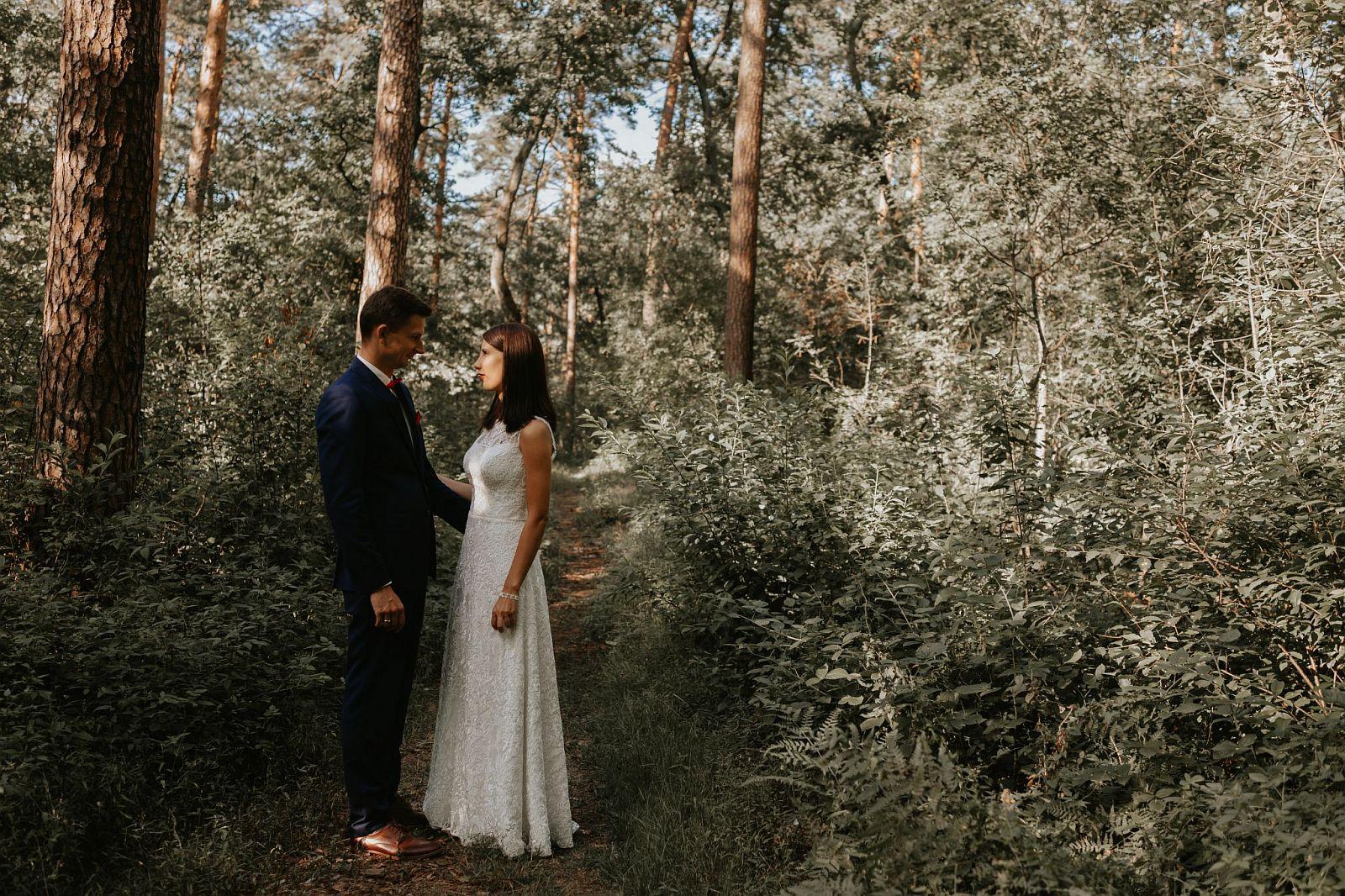 sesja ślubna w lesie pod Warszawą