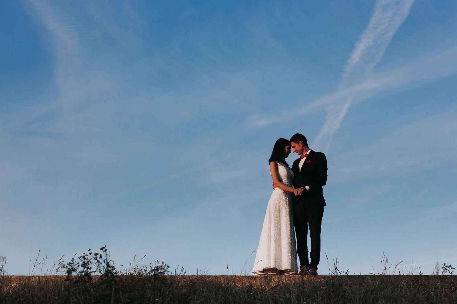 sesja ślubna w lesie na bulwarach przy zachodzie słońca